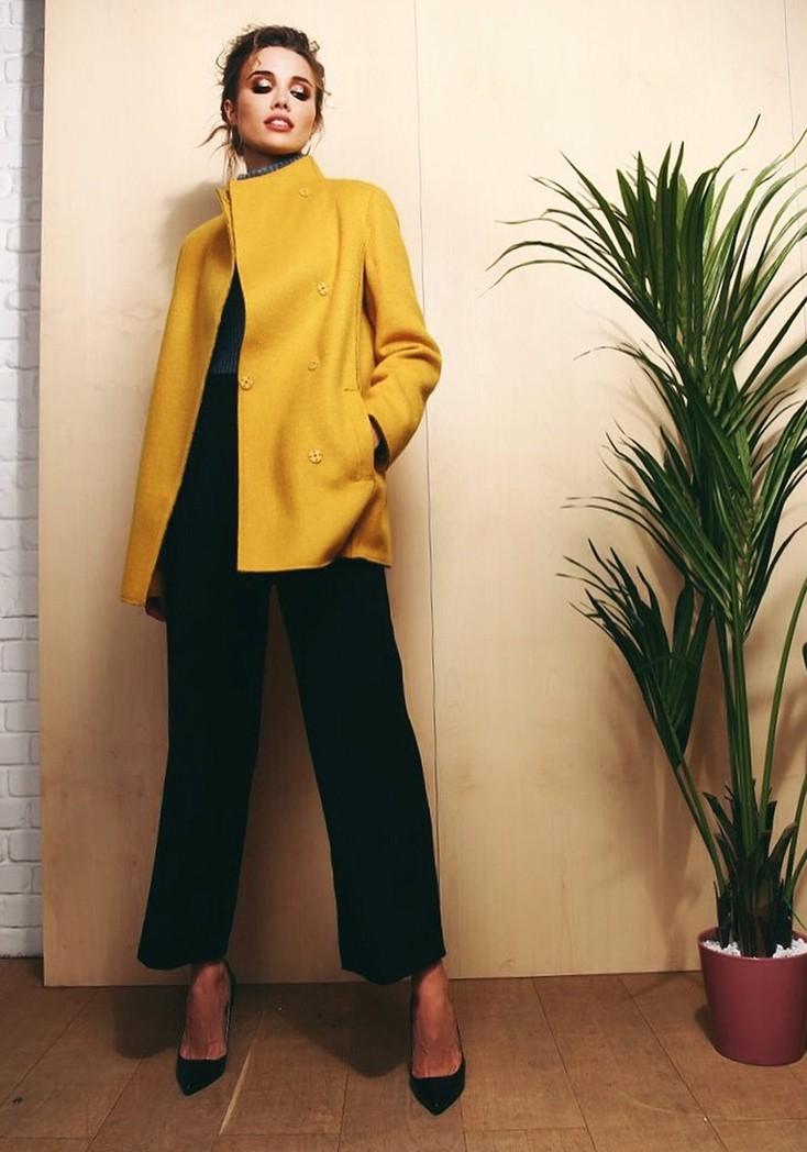 Короткое модное женское пальто на весну 2018
